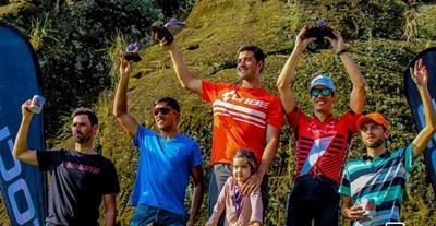 El podio en Élite con José Miraglia en lo más alto del Desafío de la Piedra Pintada