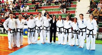 La delegación Uruguaya de Taekwondo con la salteña Geraldine Acuña que participará del Sudamericano de Perú