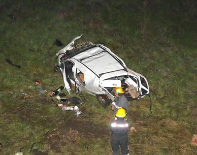 La foto captada por EL PUEBLO muestra el momento en que los Bomberos de Salto se encuentran trabajando junto al vehículo  accidentado, la imagen fue tomada desde el puente lo que ilustra la dimensión de la caída del coche siniestrado