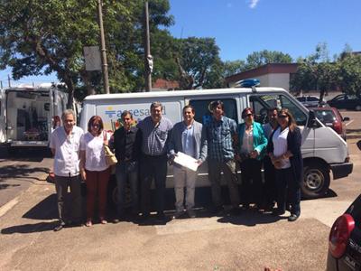 Momento que presidente de ASSE entregó ambulancia al alcalde de Lavalleja