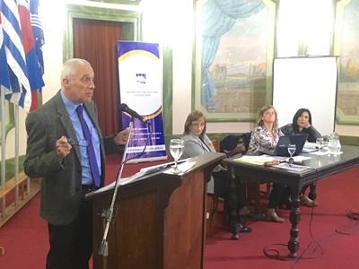 La Dra. Beatriz Larrieu al centro de la mesa escuchando la disertación del Fiscal Dr. Carlos Negro el jueves pasado en el Ateneo de Salto