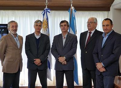 La delegación uruguaya de Salto Grande compuesta por Gabriel Rodríguez, Eduardo Bandeira y Carlos Albisu, acompañados por el Director de OPP, Álvaro García y Andrés de la Iglesia, secretario de la delegación