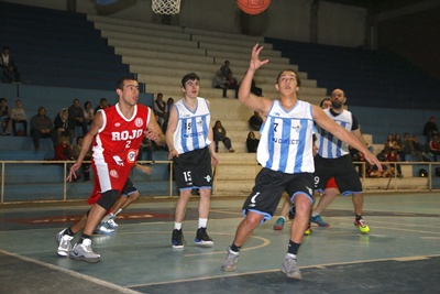 """El juvenil Ramiro Da Costa Porto de Salto Uruguay (7),ante la defensa de Ezequiel Correa (2) de Universitario, el juvenil """"decano"""" fue uno de los destacados anoche para la victoria del local en cifras de 78 a 74"""