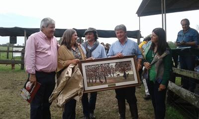 La firma Indarte y Cía. hizo entrega de un obsequio a los integrantes  de Ñu Porá por su 50º remate