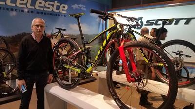 Germán Rodríguez (Casa Rodríguez) junto a uno de los modelos 2018 de bicicletas Scott.