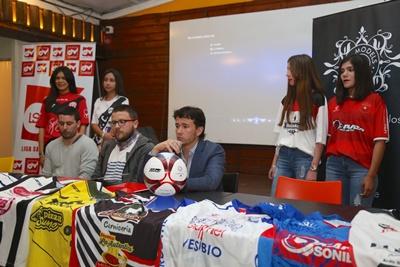 En el registro gráfico de El Pueblo, Emmanuel Mattío (VJ Sunset), Nicolás Caiazzo, y Pablo Sosa (dirigentes LSFS), en la jornada de ayer, en el local de VJ Sunset, la Liga Salteña de Fútbol Sala realizó el lanzamiento oficial de competencia para la  temporada  2017 - 2018