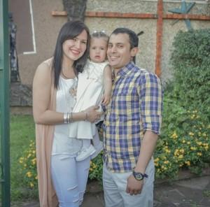 Agustina con sus padres Marisela Fernández y Diego Burgos