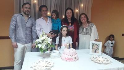 Agustina junto a su papá Luis Marzaroli,  Lucía Marzaroli,  el padrino Daniel  Giménez, la madrina Denise Cambrilla y la mamá Gabriela Rochón