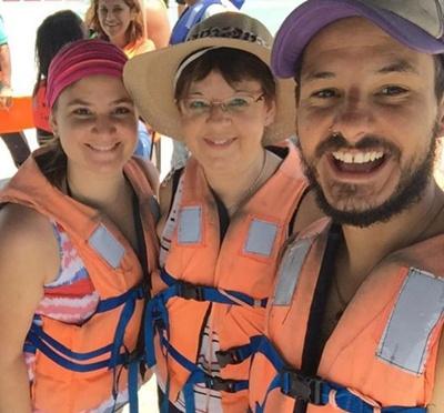 Nicolas junto a su hermana y su madre en Ecuador