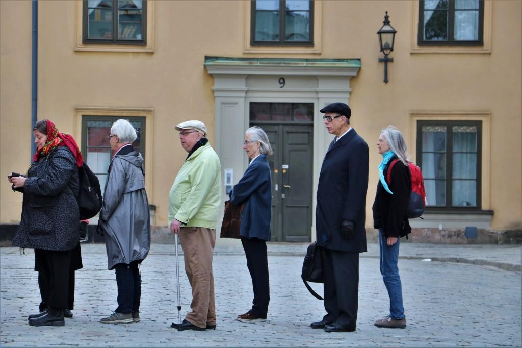 """El individualismo colectivo sueco La sociedad sueca puede calificarse como una de las sociedades más avanzadas del mundo, pero como advierte un viejo refrán, """"no es oro todo lo que reluce"""" y temo que Suecia no será la excepción. En un país rico, donde desde hace décadas se aplican avanzadas políticas sociales, sería de esperar encontrarnos con una sociedad plena, colmada de personas felices. Sin embargo estas políticas pecan de racionales, olvidando la naturaleza humana y llevando el invidualismo a un extremo oscuro, donde el 50% de los suecos viven solos y el 25% muere en soledad. Las carencias emocionales en Suecia son mayores a las carencias materiales en Etiopía"""" - Así lo describe este cirujano retirado sueco, el Dr. Erik Erichsen, desde un hospital en Etiopía donde opera con artículos de ferretería. Para ampliar recomiendo el documental """"La teoría sueca del amor"""", disponible en YouTube."""