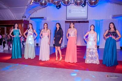 Modelos junto a la diseñadora de KARAL Karina Rodriguez