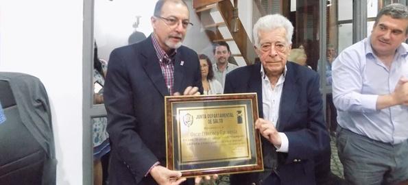 Francisco Garaventa recibiendo el reconocimiento del Presidente de la Junta Alberto Villas Boas y del Secretario de la Intendencia Fabián Bochia