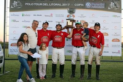 Los ganadores levantan la copa