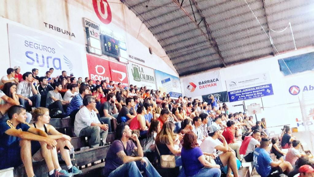 """Parte del marco de público que acompañó el pasado domingo la cuádruple jornada que cerró la segunda fecha (1ª rueda) del campeonato """"Salteño"""" de Fútbol Sala en la divisional """"B"""""""