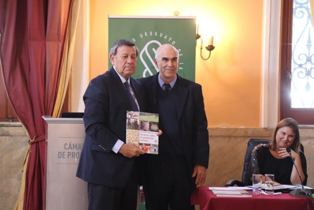 El Canciller Rodolfo Nin Novoa y Alejandro Gambetta en momentos de recibir otras de las distinciones
