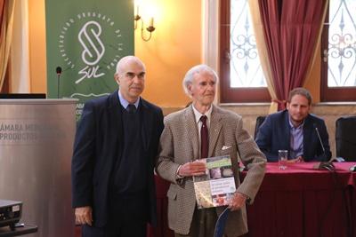 Enrique Urioste recibe un ejemplar de la publicación
