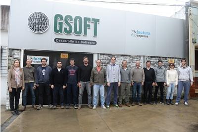 Parte del equipo de GSOFT en el frente de su local de calle 6 de Abril 419