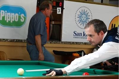 Eddy Lauber  en plena acción  en el Campeonato Nacional de Billar  en San José