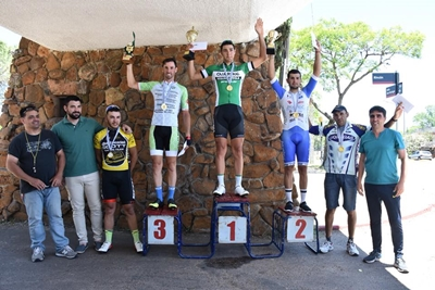 El podio en categoría Élite con Mauricio Moreira en el primer lugar  de la prueba celebrada sobre la Avenida Harriague.
