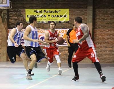 """En la incidencia, Francisco Bordagaray (9) de """"U"""" en control de balón, observa Agustín López (21), y """"saltan"""" en defensa icolás Barla (5) y Ramiro Da Costa Porto (7) de Salto Uruguay. El """"decano"""" es el primer finalista del basquetbol  """"Salteño"""" 2017 en primera división."""