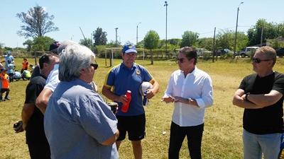 Sergio Santín conversando con técnicos de la  Escuela Botines Celestes y Sol de América