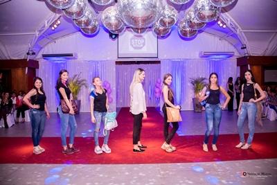Victoria Darreguibus, Ximena, Sara bernal, Fátima, Luciana de Lima,Laura Aplanalp,Penélope Alvez junto a la diseñadora de mandala cueros, Fátima Medina