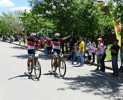 Kian Santana y Maxi Hierro del equipo Scott en la llegada del Cerro Áspero en Rocha