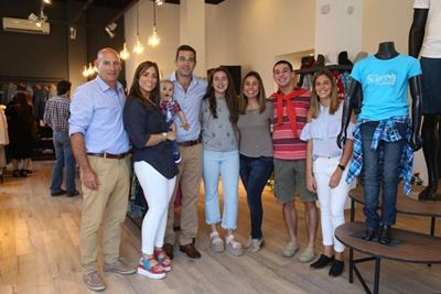 Pablo Chapuis junto a sus hijos Camila y Alfonso, Rodrigo Rivas y Andrea Zunini con sus hijos Germán y Magdalena y la Lic. Faustina Migliaro responsable del diseño del nuevo local.