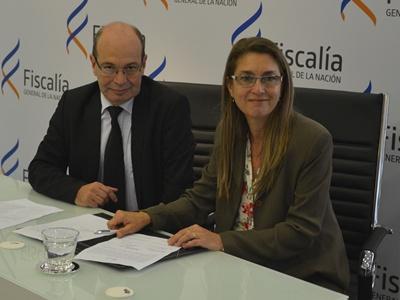 La Dra. Silvia Trinidad firmando la asunción de su cargo el viernes en la sede de  la Fiscalía General de la Nación.