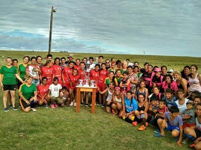 Una postal de los equipos participantes del Primer Campeonato de Fútbol Femenino del Interior.