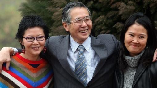 La CorteIDH convoca a una audiencia extraordinaria por indulto a Fujimori. SCH08. SANTIAGO (CHILE), 28/12/2017.- Fotografía de archivo del 20 de mayo de 2006, del ex presidente peruano, Alberto Fujimori (c), junto a sus hijas Keiko (d) y Sachi (i), en el interior de su residencia en Santiago (Chile). La Corte Interamericana de Derechos Humanos (CorteIDH) convocó hoy, jueves 28 de diciembre de 2017, a una audiencia extraordinaria para escuchar, el 2 de febrero de 2018, a las partes implicadas en el indulto concedido al expresidente peruano Alberto Fujimori, quien cumplía una condena a 25 años de cárcel por delitos de lesa humanidad.