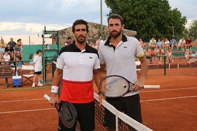 """Con presencia """"estelar"""" de la raqueta Nº 1 de nuestro país Pablo Cuevas, acompañado por su hermano Martín, se llevó  a cabo en la jornada  de ayer sábado la Clínica de Tenis organizada por el C.R.S para jugadores del Club"""