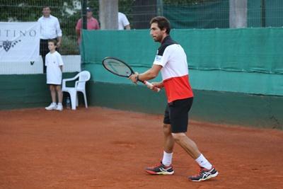 La humidad de los grandes, Pablo Cuevas, la raqueta Nº 1 del Tenis uruguayo por Salto,  enseñando y jugando, en esta caso junto a su hermano Martín. El Tenis en su máxima  expresión para el disfrute de todos…y de ellos también, así de simple