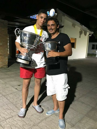 Ramiro Sagradini goleador del Campeonato del Interior Sub 14,  junto a su padre Sergio en pleno festejo.