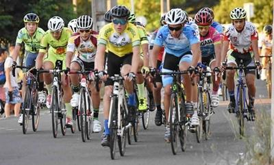 Una postal del pelotón en la Vuelta Internacional del Codecam con el salteño Johny Costa en carrera (extremo izquierdo)