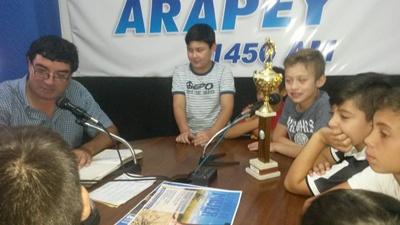 """Los chicos de Saladero categoría 10 años visitaron el programa  """"Cancha Chica"""" que se emite pro Radio Arapey"""