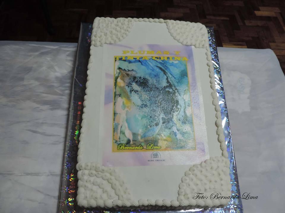 La torta con la portada del libro en papel arroz y tinta comestible realización de Zanetti-Montevideo