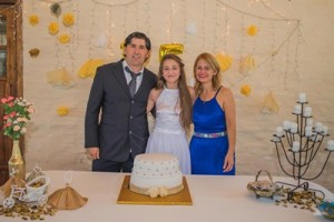 Malena junto a sus padres Gonzalo Irabuena y Mercedes Rivero