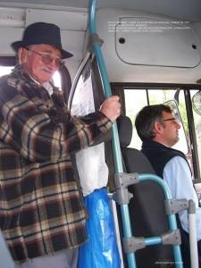 En el ómnibus, aquí la clientela es variada... puede ir y/o venir de distintos barrios. Se acercan personas que buscan información comprando diarios, otros sueñan con ilusiones...