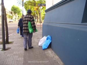 Llegué tarde, ya diario EL PUEBLO estaba cerrado, Benítez me estaba esperando... tiene tres bolsas...