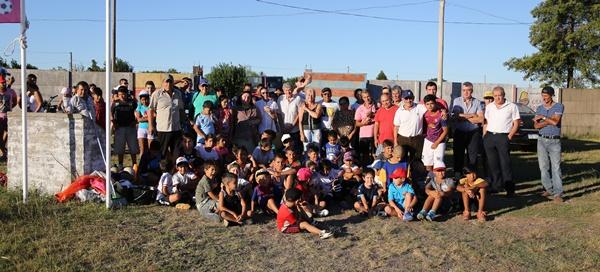 """Todos unidos por los niños. invitados, padres, orientadores y colaboradores en el lanzamiento de la Escuela de Fútbol Comunitaria denominada """"7 de enero de 2012"""" ayer en Tigre."""