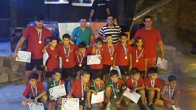 El plantel de Almagro 2009 ganador de la Copa de Plata posando con el intendente  Andrés Lima tras ser homenajeados en la Casa de la Juventud