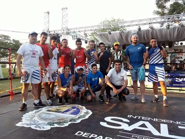 El reconocimiento a los boxeadores que formaron parte de la velada en Villa Constitución llegó de la mano del propio intendente de Salto, Andrés Lima.