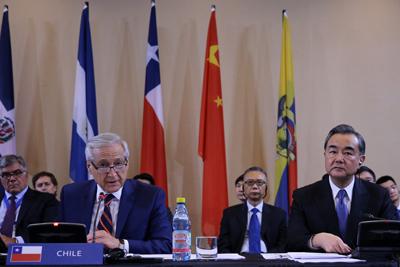 El canciller chileno, Heraldo Muñoz (i), y su homologo chino, Wang Yi (d), participan en una reunión de trabajo hoy, domingo 21 de enero de 2018, en Santiago (Chile). Las posibilidades de conectividad, infraestructura, intercambio energético y cambio climático serán algunos de los temas por abordar en la segunda reunión ministerial del Foro de la Comunidad de Estados Latinoamericanos y Caribeños (Celac) y China, que se inicia mañana en Chile. EFE/Mario Ruiz