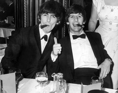 Con Ringo Starr en fiesta etiqueta con The Beatles.