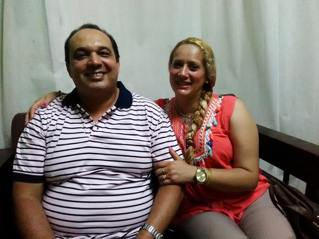 Milton de  los Santos y esposa