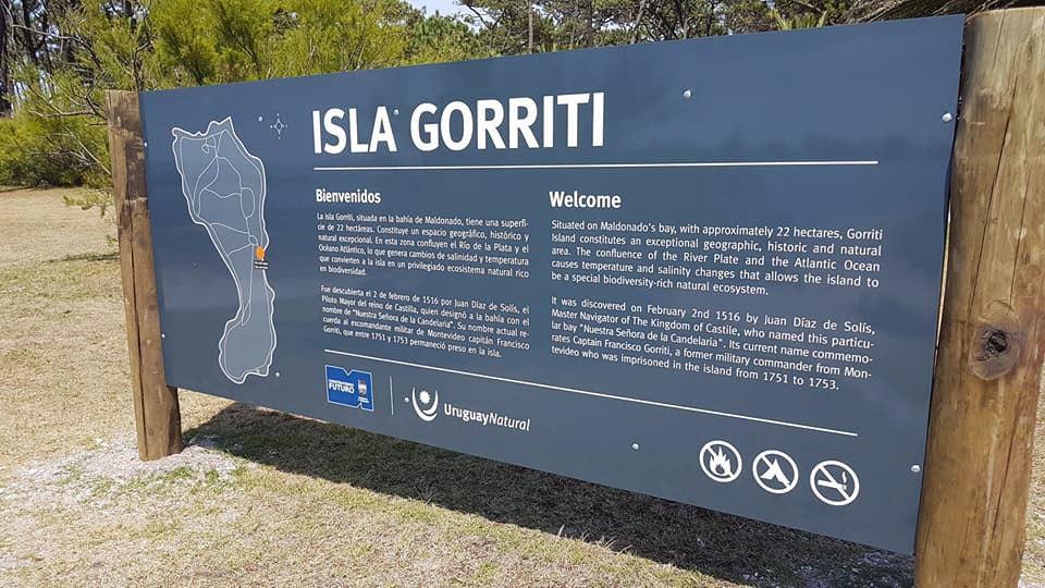 Vista de uno de los 31 carteles instalados en la Isla Gorriti (Uruguay) hoy, miércoles 17 de enero de 2018. El Ministerio de Turismo de Uruguay realizó la inauguración hoy de una serie de 31 carteles informativos en la Isla Gorriti (sureste), uno de los bastiones de defensa de ese país en el siglo XVIII, con el objetivo de destacar su valor histórico y atraer más visitantes al lugar. EFE/Ministerio de Turismo/