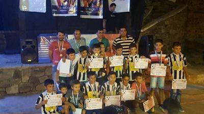 El plantel de Saladero 2007 ganador de la Copa de Oro posando con el intendente  Andrés Lima tras ser homenajeados en la Casa de la Juventud
