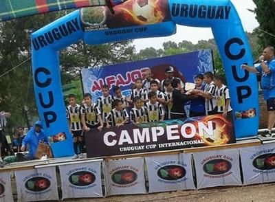 El plantel de Saladero 2007 a todo podio en la Uruguay Cup 2018 tras ganar la Copa de Oro en Montevideo.