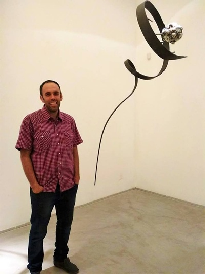 Santurio junto a una de sus obras